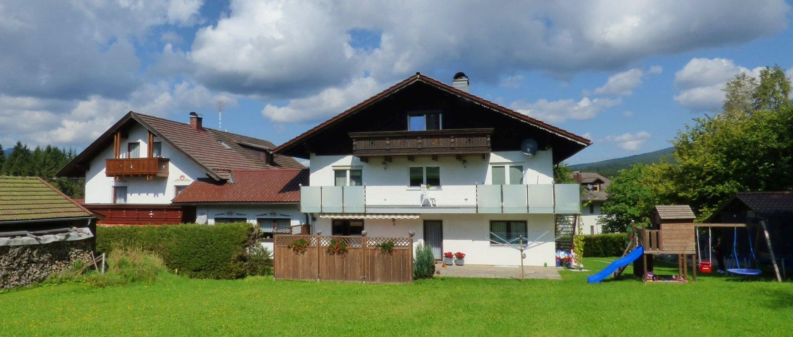 jutta-breitbild-jungwirt-gaestehaus-bayerischer-wald-pension-ansicht-von-wiese-1600
