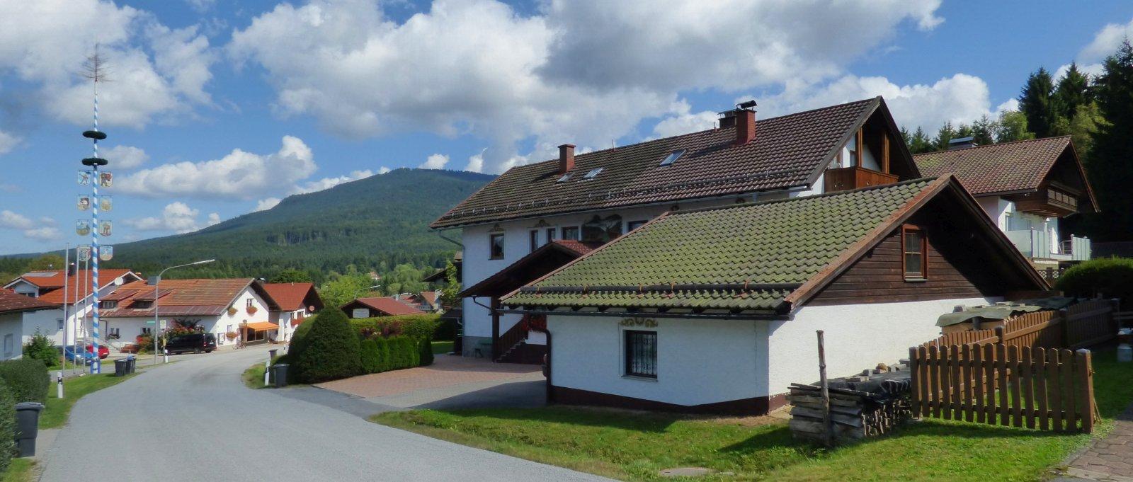 jutta-breitbild-jungwirt-gaestehaus-bayerischer-wald-pension-aussen-ansicht-1600